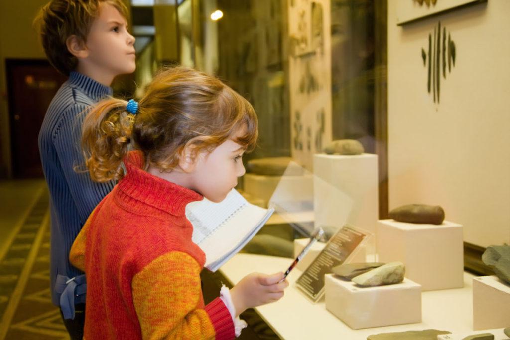 Kinder in Museum