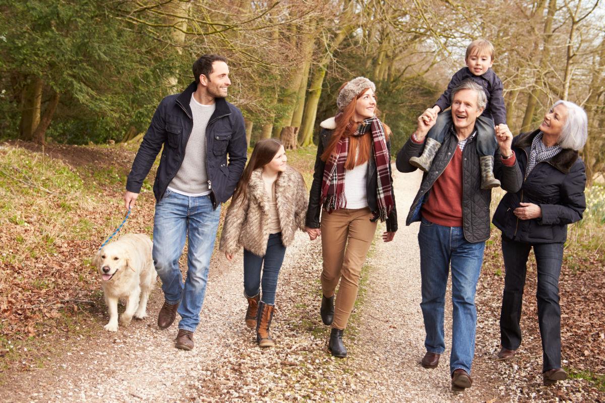 Familie bei einem Spaziergang